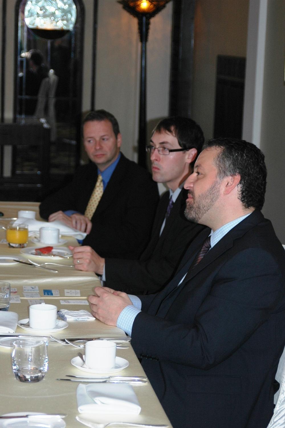 2012年10月22日:与加拿大驻上海总领馆 总领事 Mr. Rick Savone 在上海和平饭店共进工作早餐。