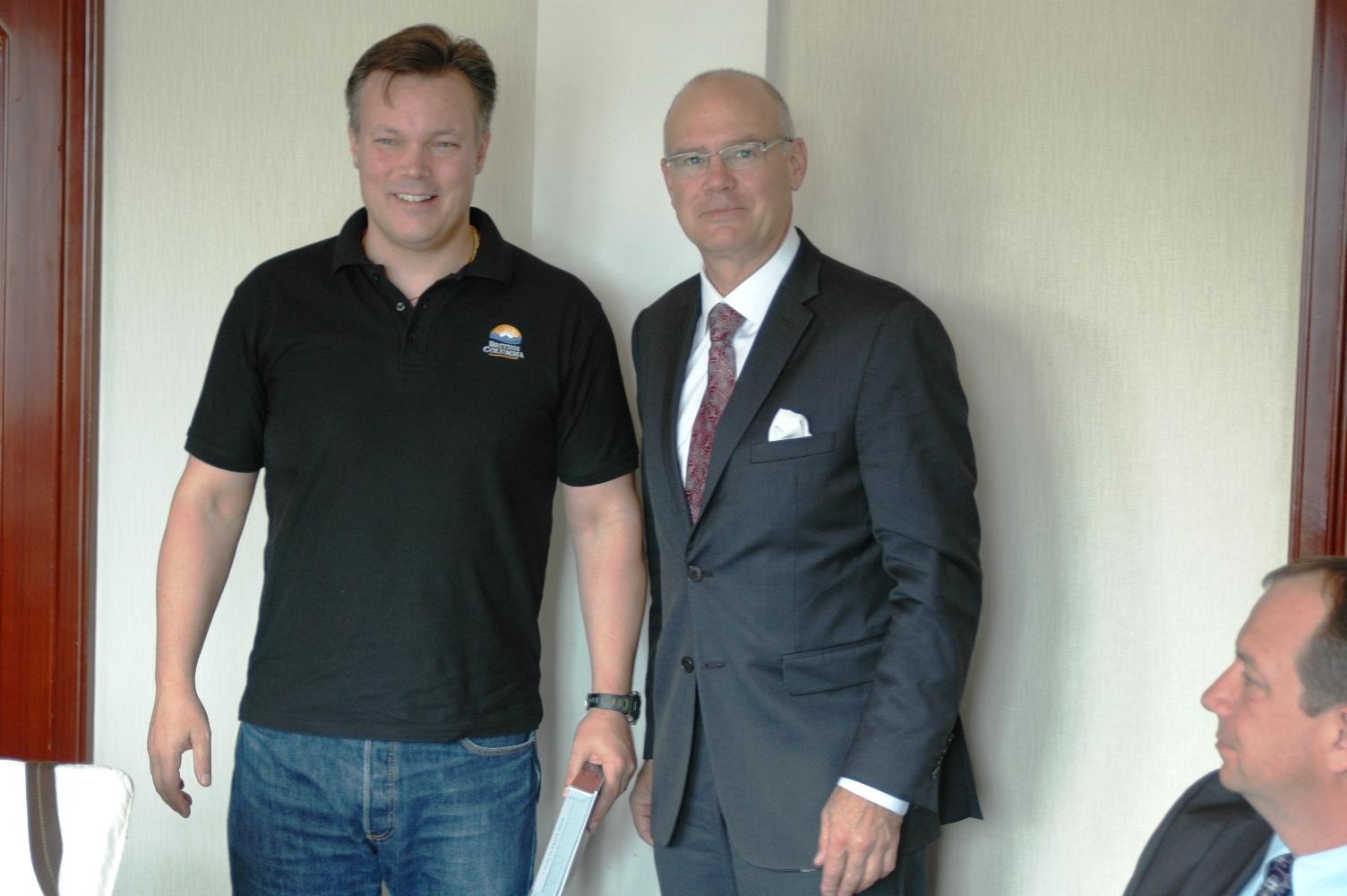 2012年10月21日: 与加拿大BC省驻上海办事处 主任Mr.John MacDonald, BCTIO 在上海和平饭店共进工作早餐。