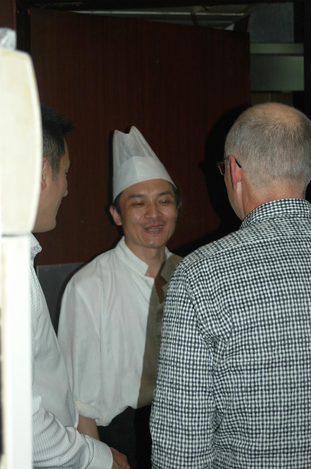 2012年10月20日: 上海外滩,访问团在上海姥姥家常菜 餐厅用膳, 市长感谢厨师工作。。