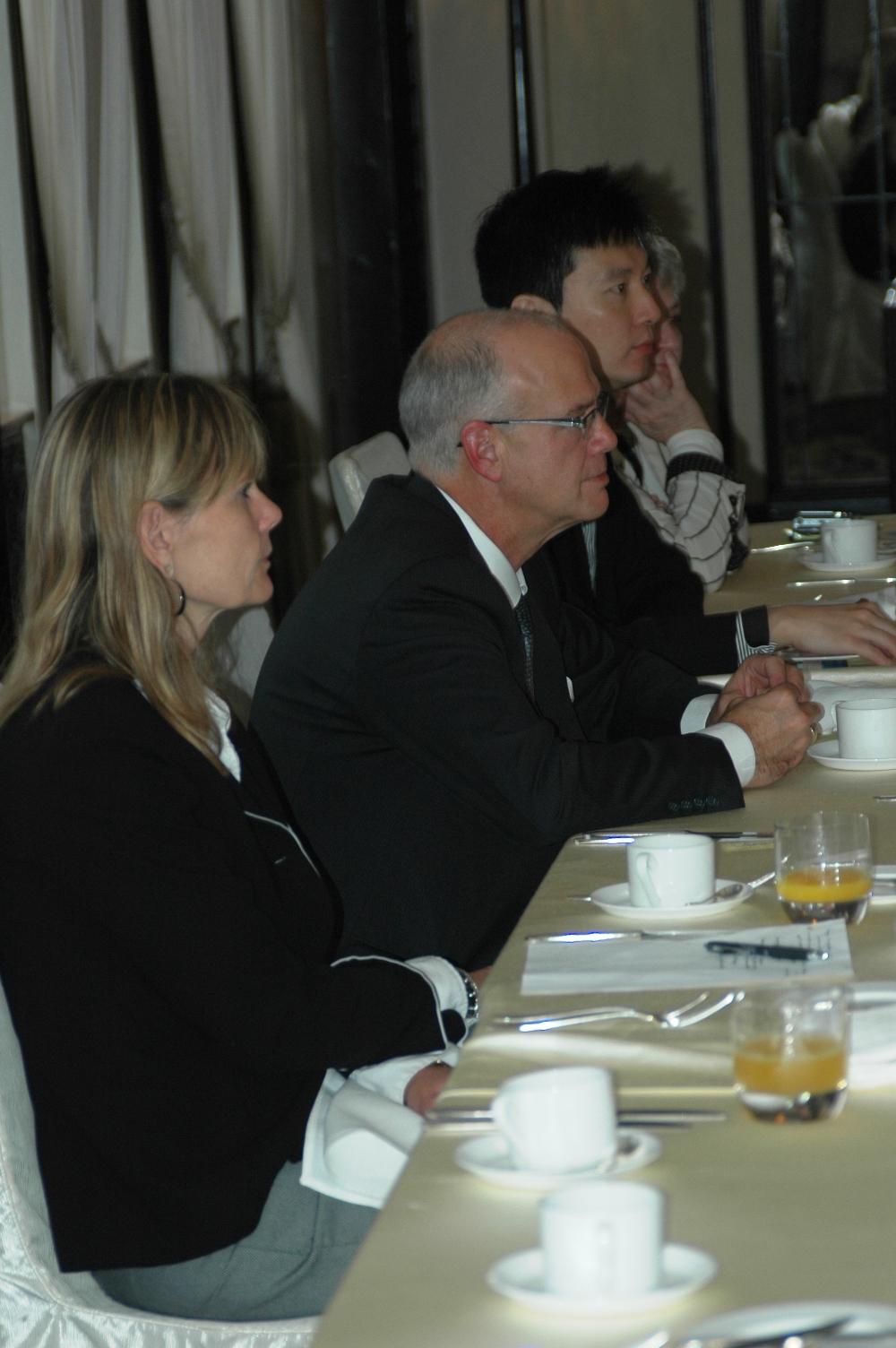 2012年10月22日:与加拿大驻上海总领馆 总领事 Mr. Rick Savone 在上海和平饭店共进工作早餐