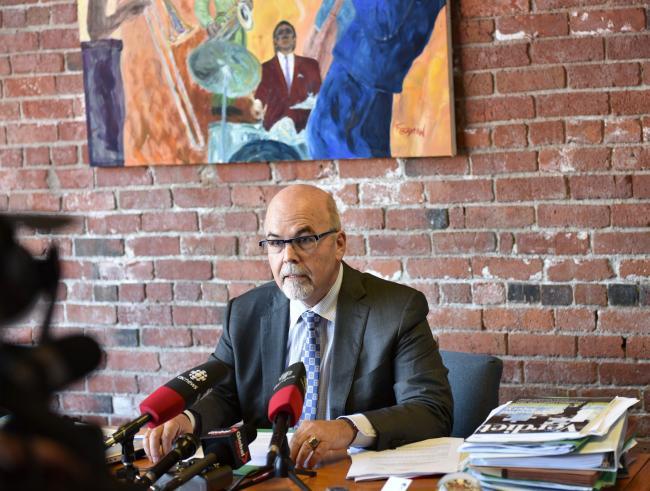 温哥华著名律师Chris Johnson 代表受害人家属和亲友召开新闻发布会