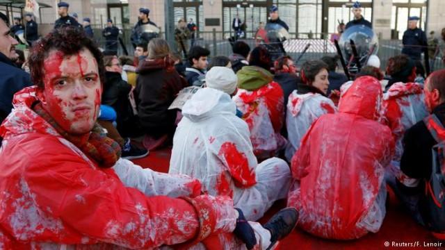 反CETA示威者在欧盟理事会门前抗议