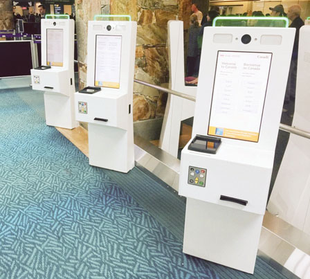 机场入境大堂已安装90部自动报关机供旅客使用。(温哥华机管局提供)