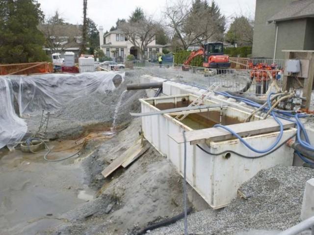 由于业主刘凤林没有意图善后,堵截出水口的工程便由市府接手处理。但接手后发现修补工作非常复杂,几乎无法封堵住水源。