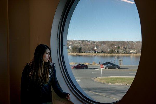 Andrew Testa for The New York Times 11月,纽芬兰圣约翰斯北大西洋学院里的一名韩国留学生。