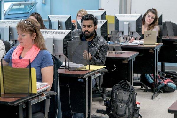 Andrew Testa for The New York Times 北大西洋学院的一名孟加拉国留学生。加拿大降低了国际学生成为公民的难度,以应对人口老化和出生率放缓。
