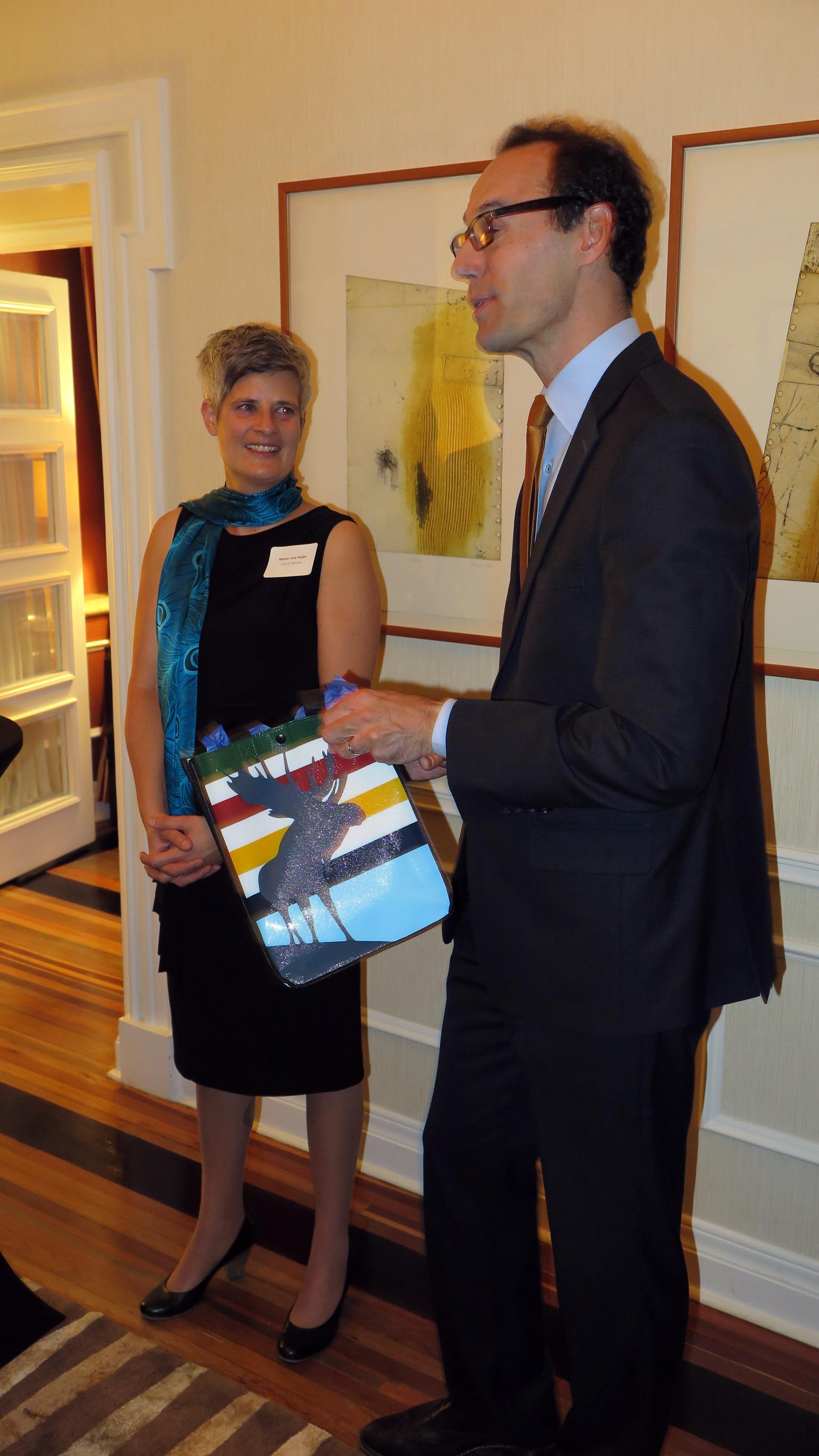 维多利亚市长Mrs.Helps 向总领事 Mr. Epp 赠送礼物