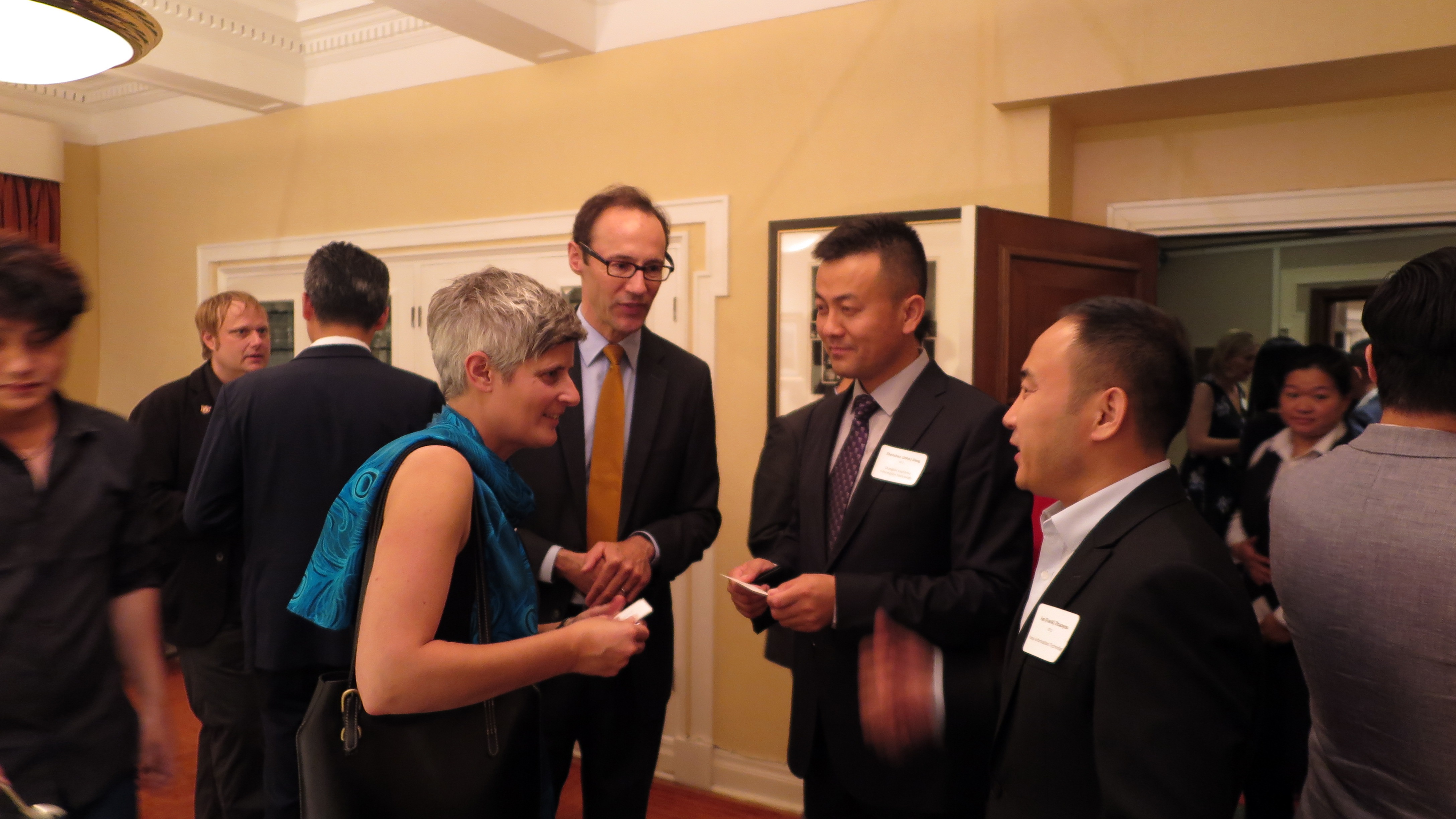 维多利亚市长Mrs.Helps,驻上海加拿大总领事 Mr. Epp 和 东尚科技高管 Mr.Jiang, 友亚科技高管 Mr. Fan