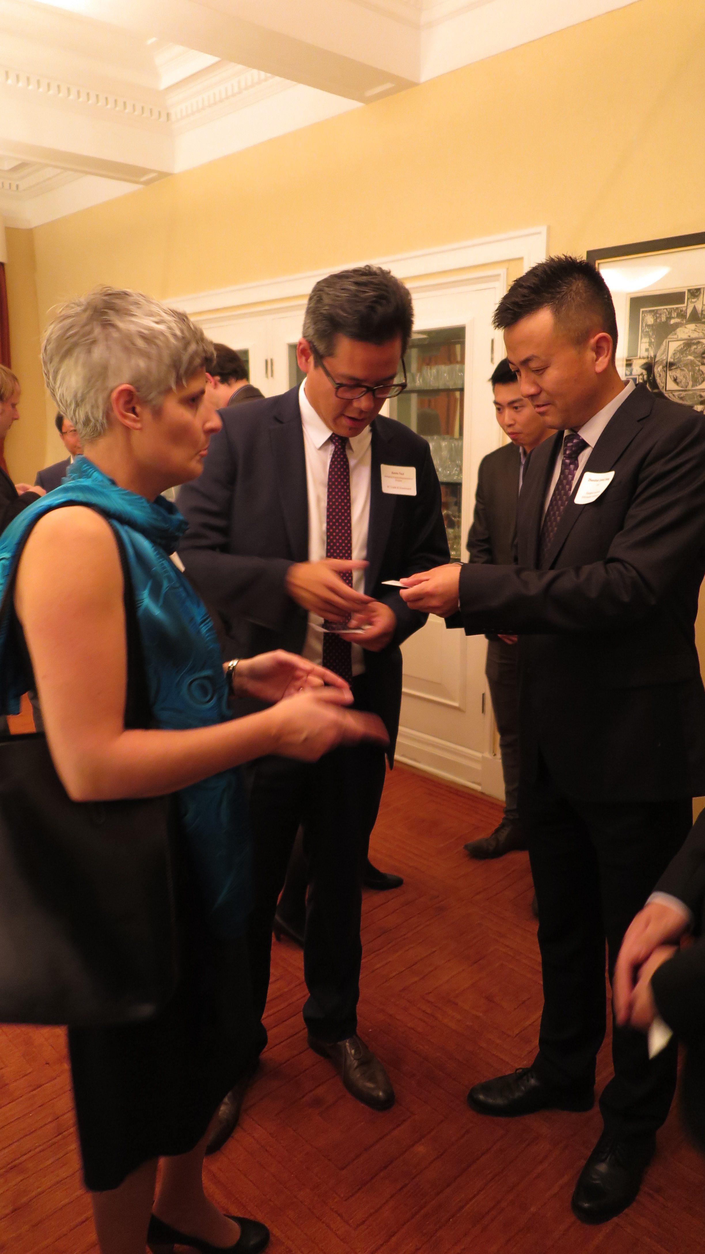 维多利亚市长Mrs.Helps,BC Trade and Investment Office 主任Mr.Zhao 和 东尚科技高管 Mr.Jiang