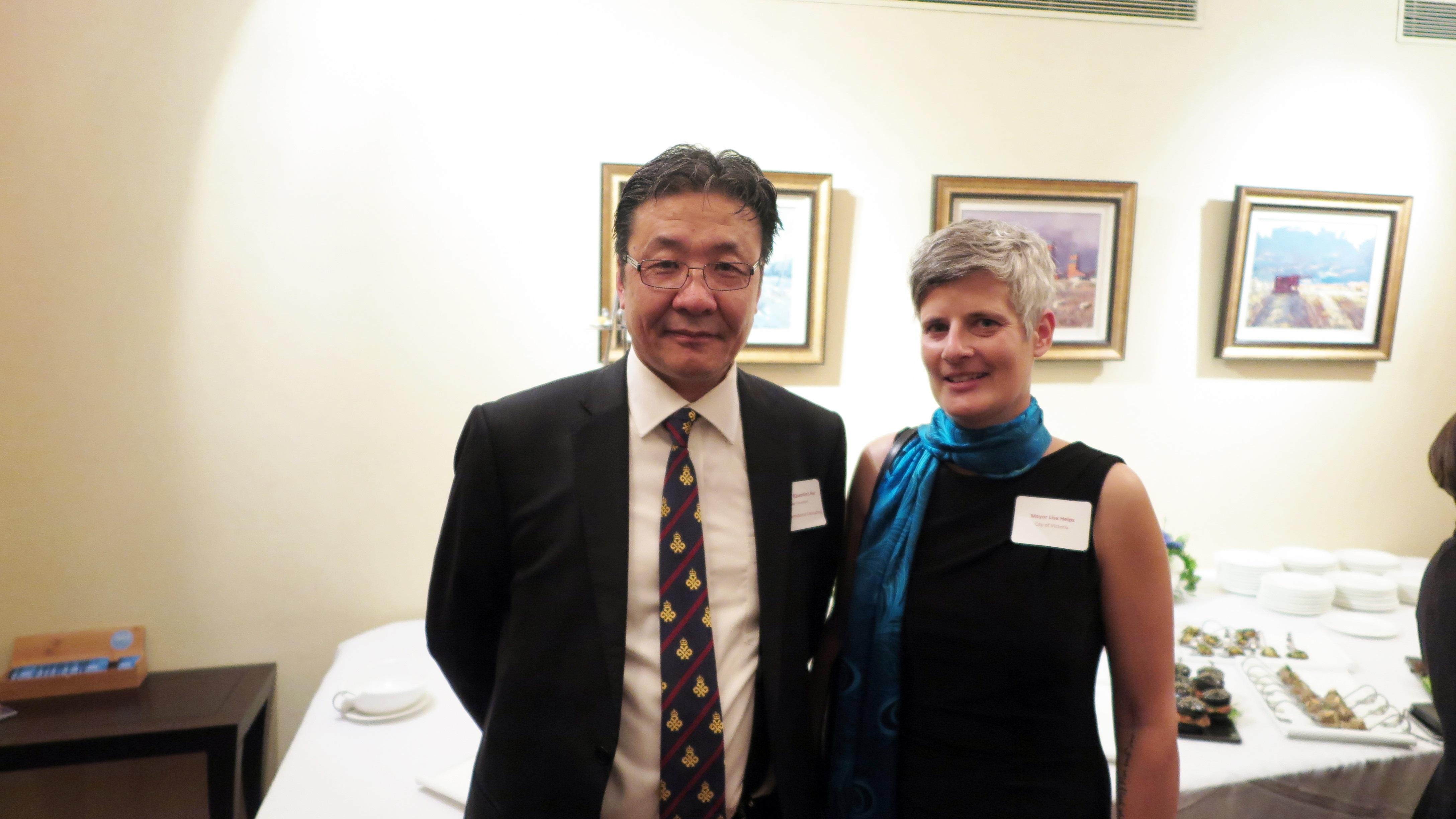 维多利亚市长Mrs.Helps 和 嘉和国际总监 Mr. Hu 和影