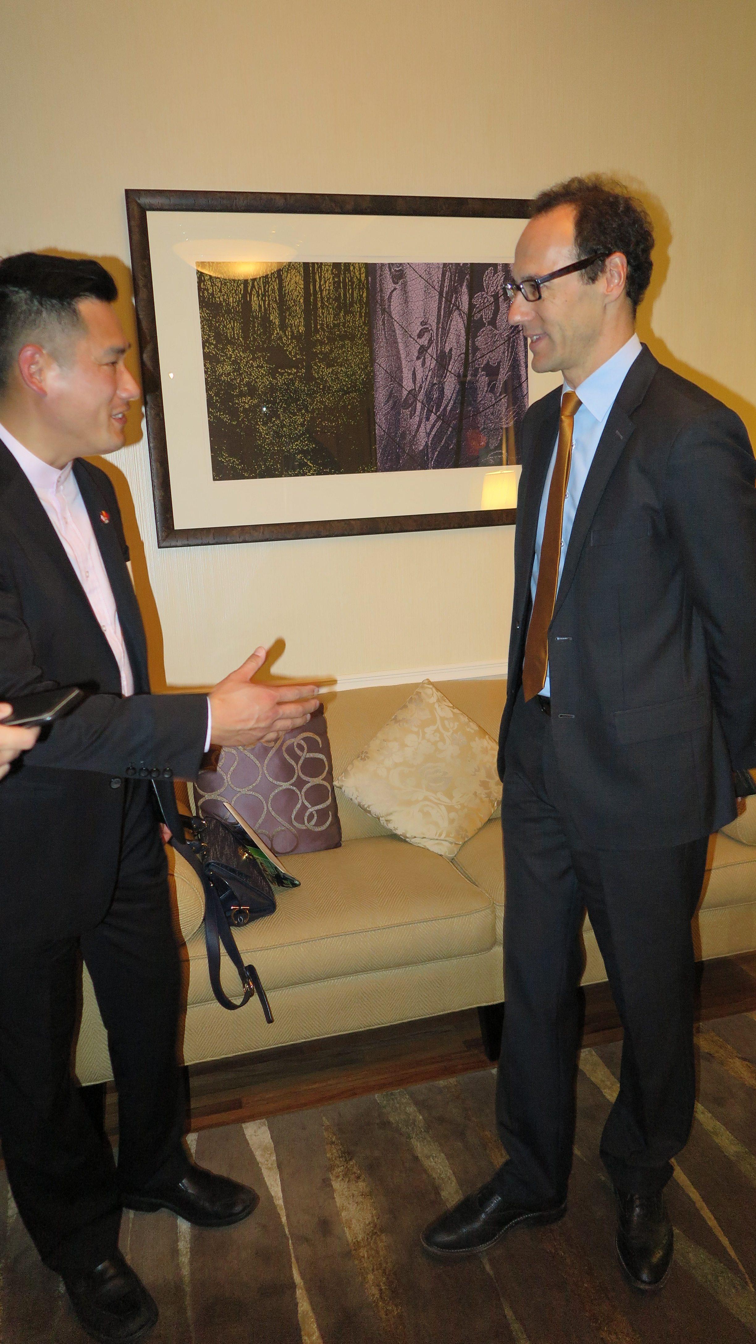 驻上海总领事和维多利亚的地产经纪 Daniel