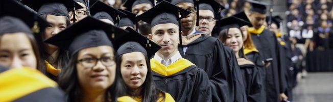 留學生順利完成學業,再來的維持身分是難題。(美聯社)
