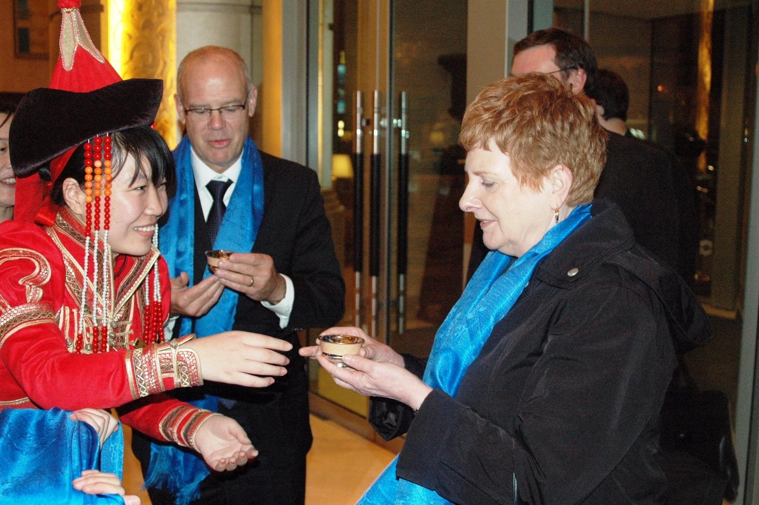 代表团达到包头,市长Mr. Dean Fortin和代理市长Ms. Gail Stephens在香格里拉大酒店 接受蒙古族最高待客礼仪:喝下马酒和献哈达