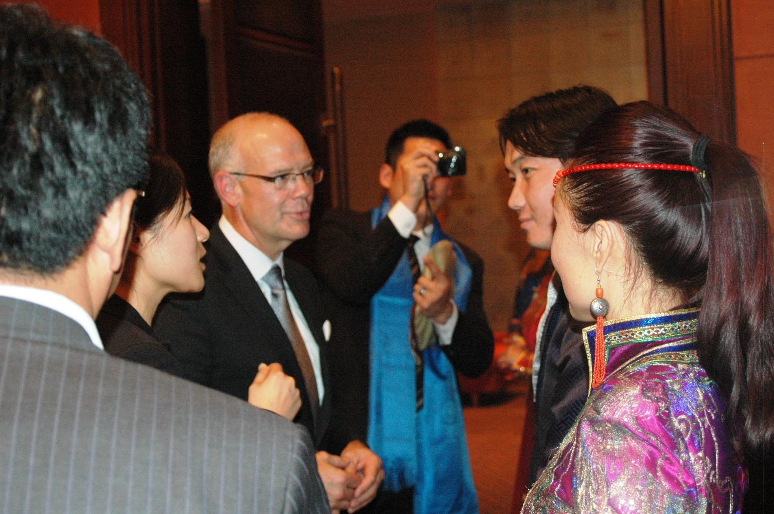 维多利亚市长和蒙古族演员见面交谈